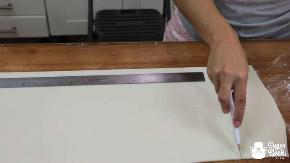 How to panel a cake in fondant