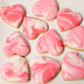 how to make beautiful valentines day cookies with pink marbled royal icing
