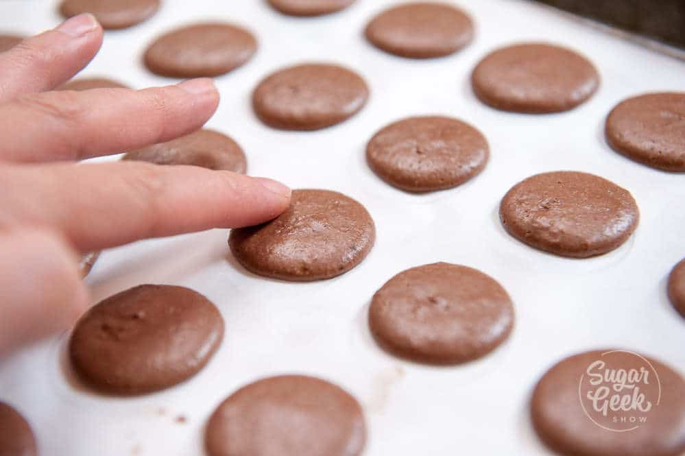 chocolate macarons that are dry to the touch
