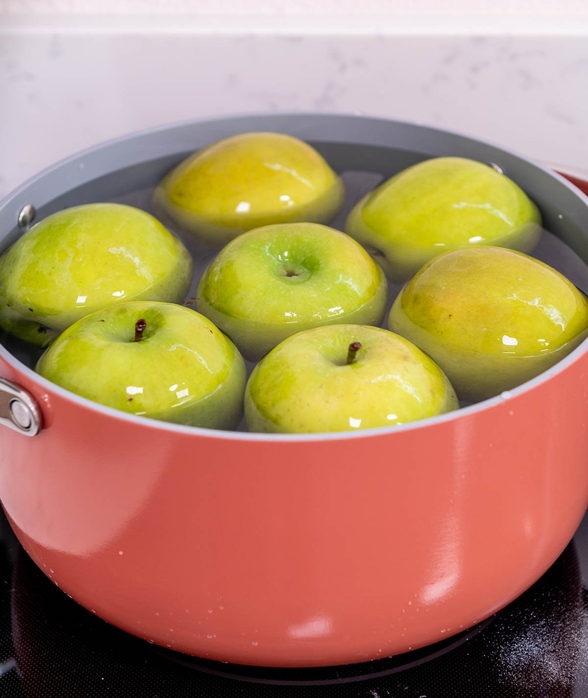 granny smith apples in Pot of hot water